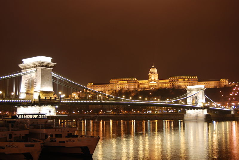 chain bridge and royal palace at night